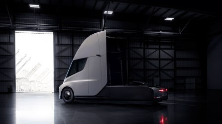 Tesla_Semi_Rear_34_Hangar-web