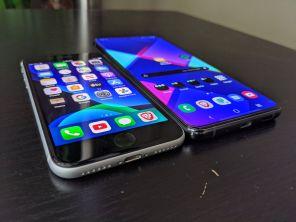 Apple iPhone SE (2020) next to Samsung Galaxy S20 Ultra